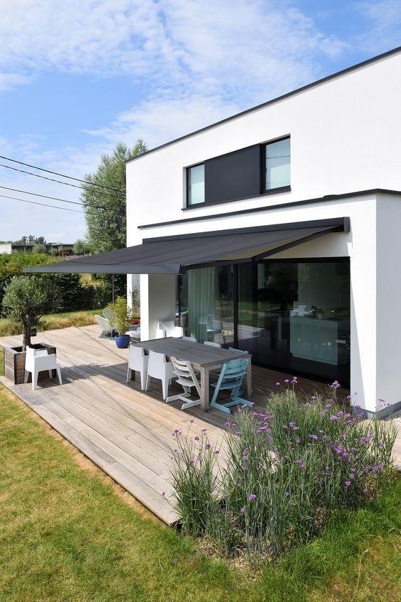Toldo para varanda retrátil na cor preta para uma casa moderna