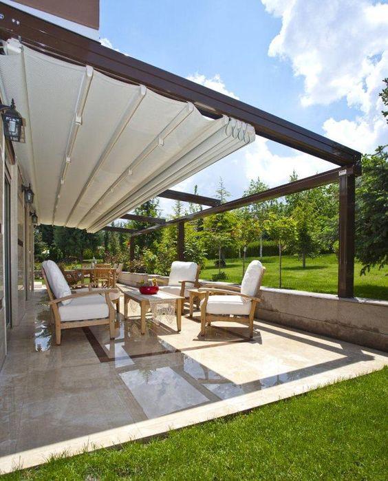 Toldo para varanda retratil com conjunto de móveis confortáveis