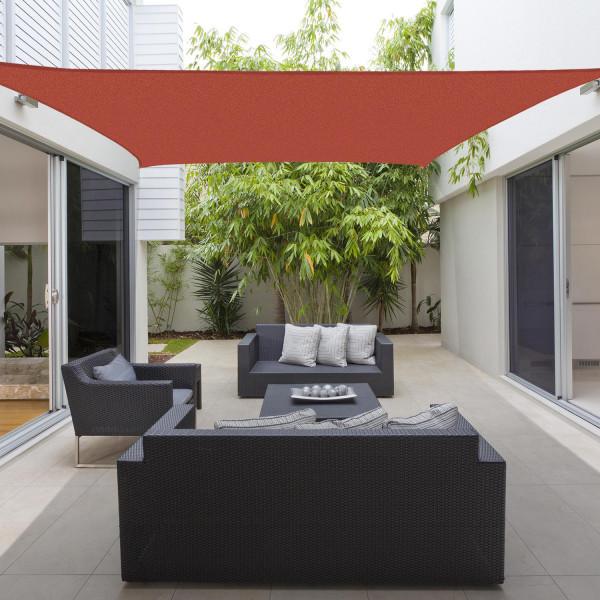 Toldo vela para varanda vermelha com sofás e poltronas pretas