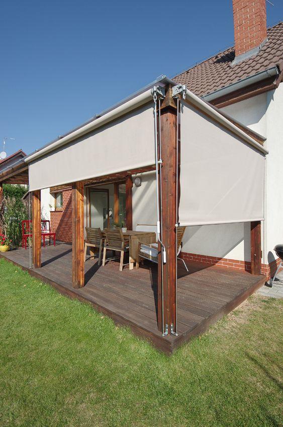 Toldo vertical para varanda com móveis de madeira para proteger o espaço da chuva e sol