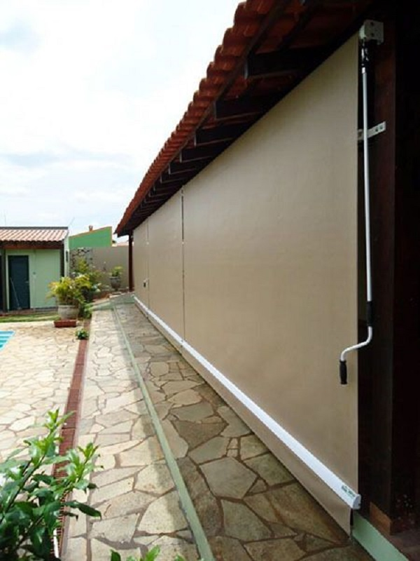 Toldo vertical para varanda na cor marrom com piscina perto