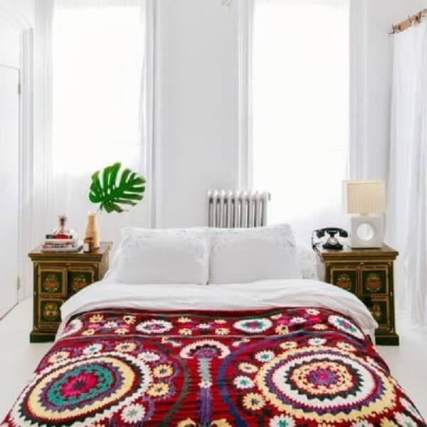 Tricô e crochê reforçam a decoração indiana no quarto. Fonte: Pinterest