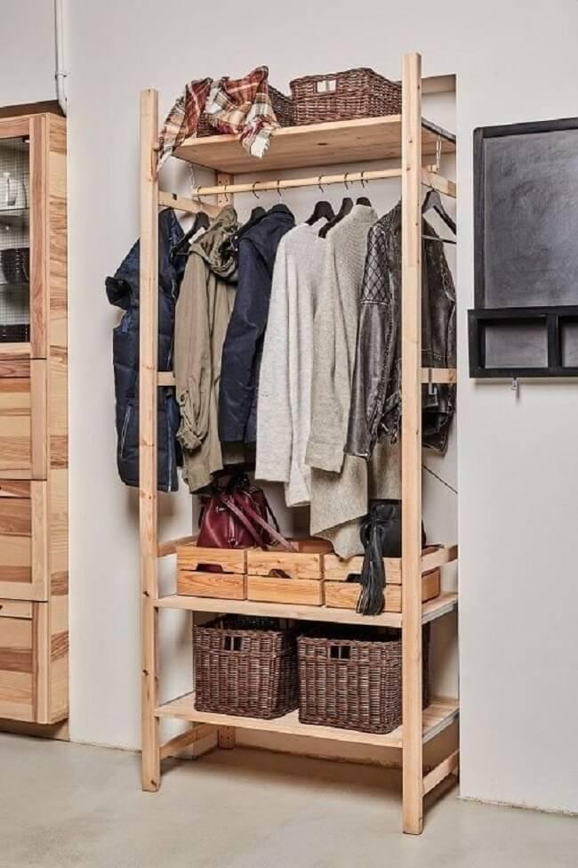 Use a arara de madeira para roupas pesadas de frio. Fonte: Pinterest