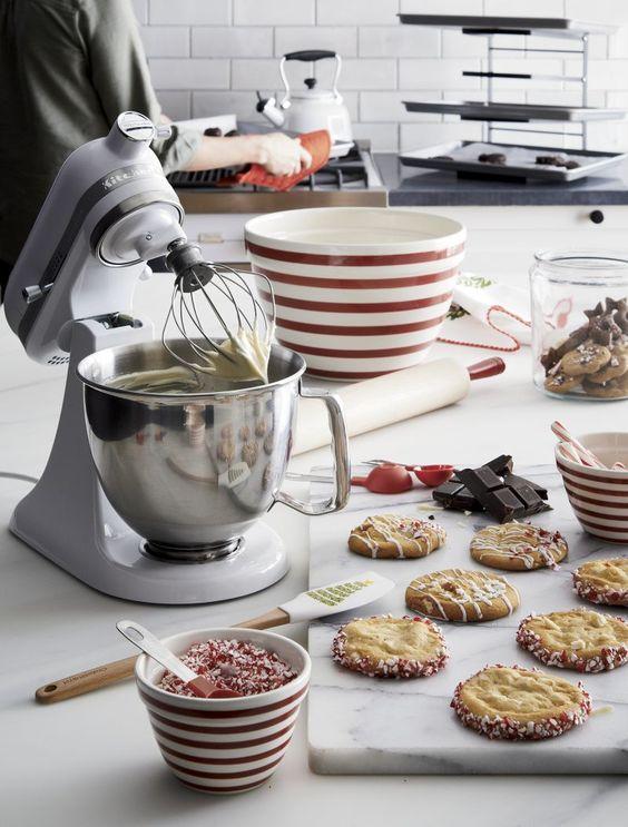 Utensílios de cozinha com eletroportáteis e vasilhas