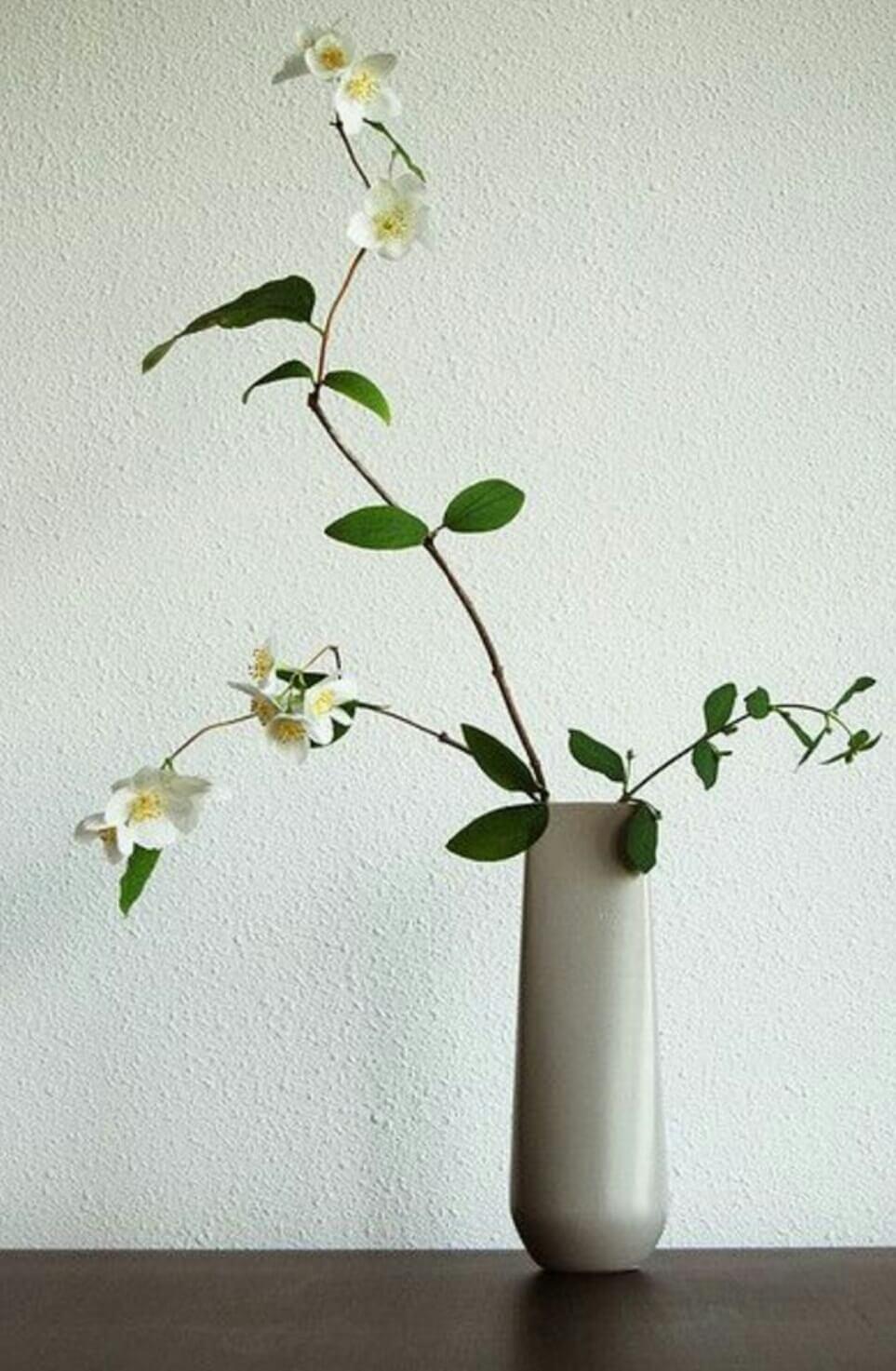 Vaso alto com ikebana