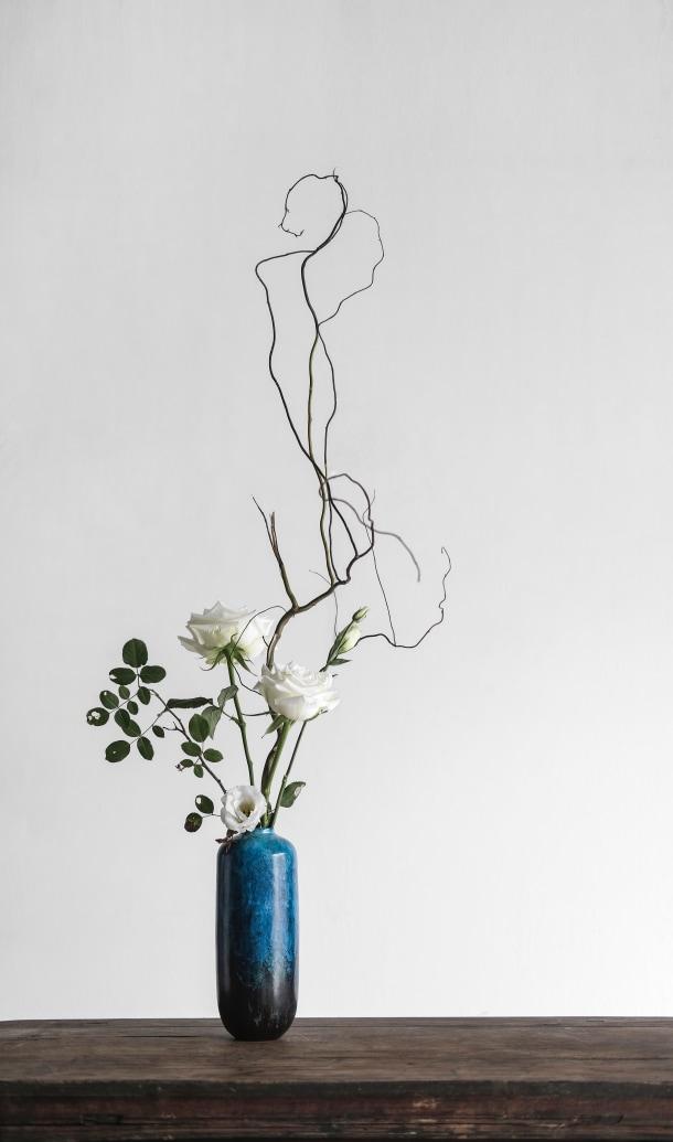 Vaso azul ikebana com flores brancas