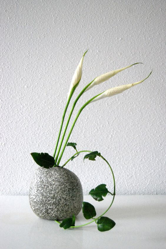 Vaso cinza decorada com ikebana