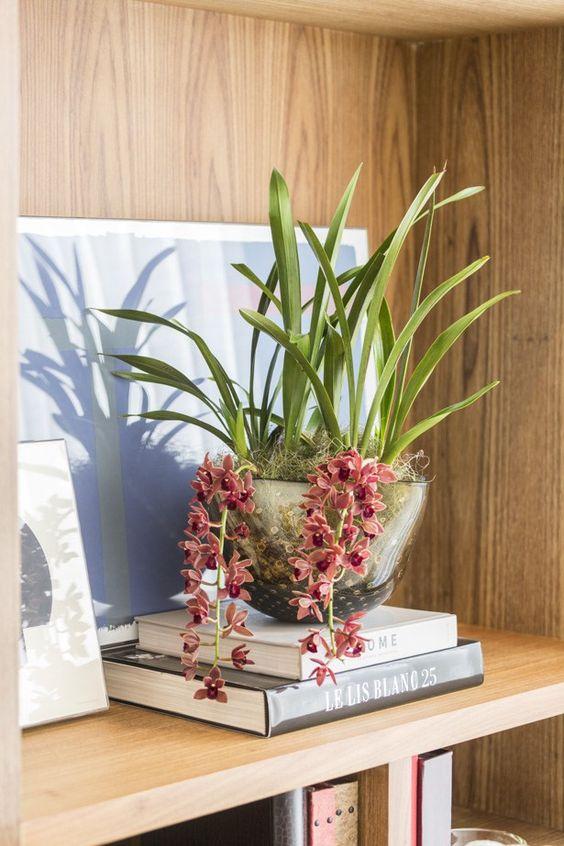 Vaso de flores é um lindo enfeite para estante