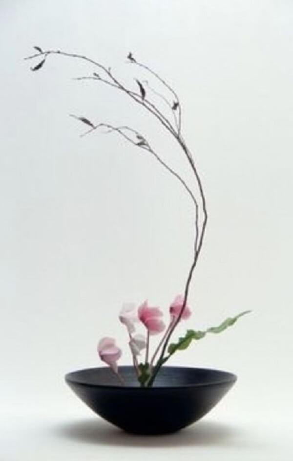 Vaso de ikebana delicado na cor preta