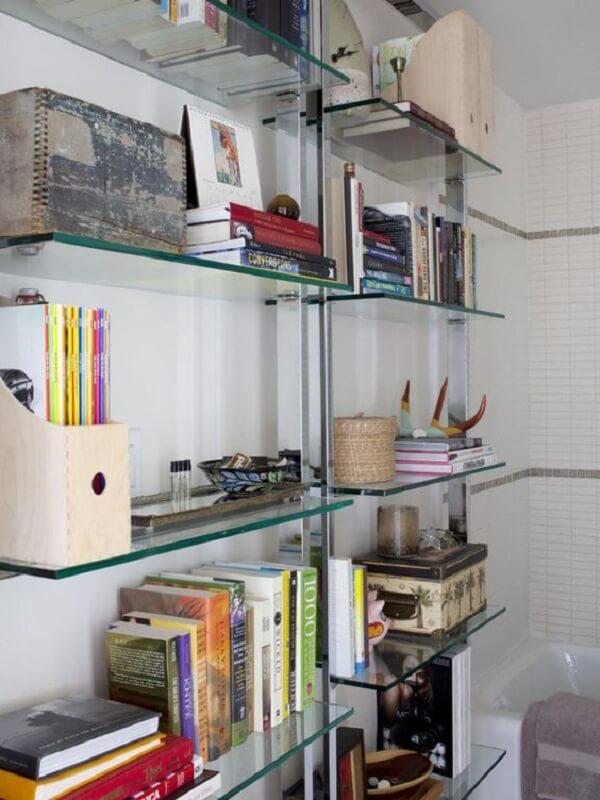 Você pode enfeitar sua estante de vidro de diferentes maneiras. Fonte: Pinterest