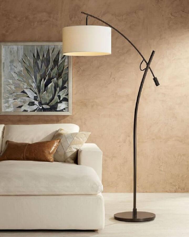 abajur de pé alto para decoração de sala bege Foto Vobibr
