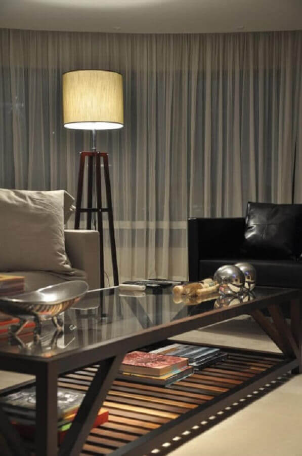 abajur de pé alto para sala de estar decorada com poltrona de couro Foto Luiz Humberto de Albuquerque