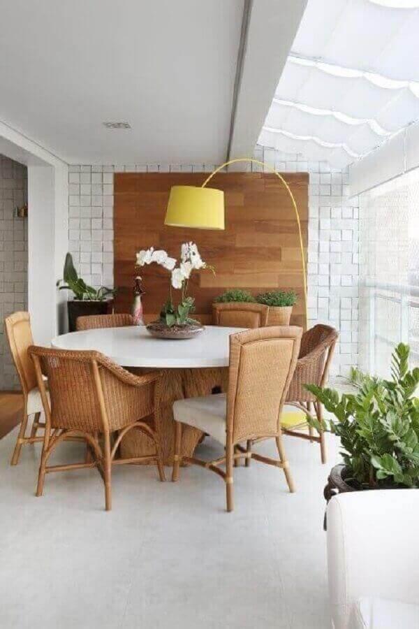 abajur de pé amarelo para decoração de varanda branca com mesa redonda Foto Studio Novak