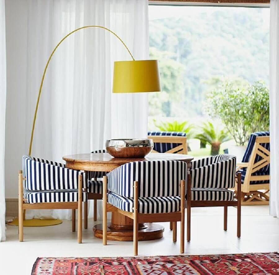 abajur de pé amarelo para sala de jantar decorada com cadeira estofada listrada Foto Marina Linhares Interiores