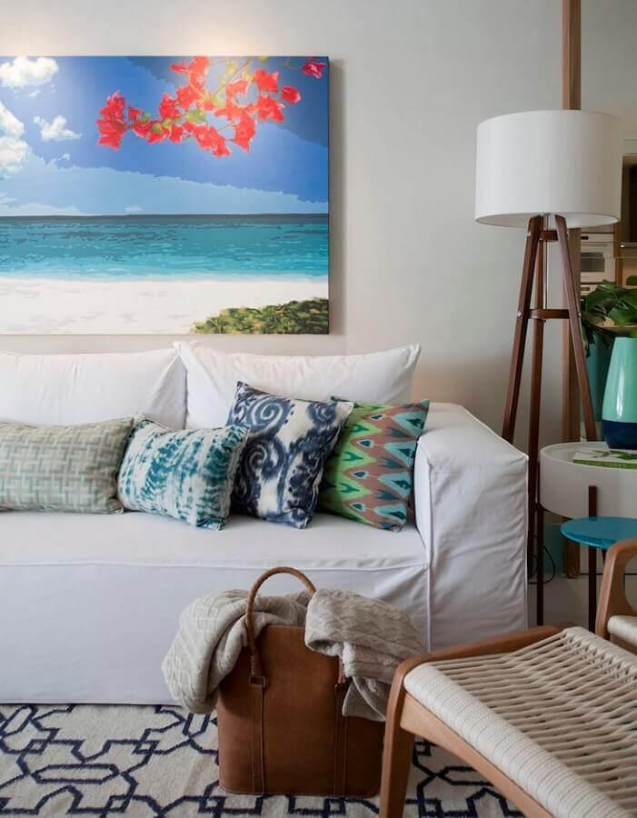 abajur de pé de madeira para decoração de sala com almofadas estampadas para sofá branco Foto Juliana Pippi