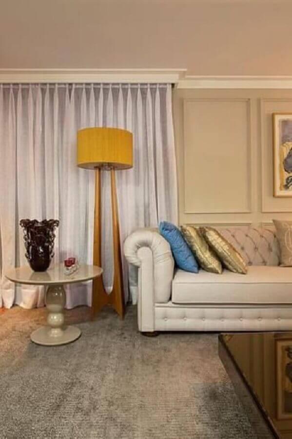 abajur de pé de madeira para decoração de sala com sofá clássico Foto Abreu Borges