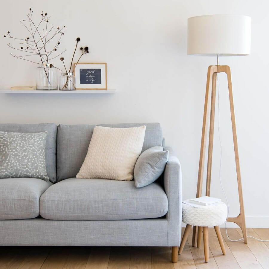 abajur de pé de madeira para sala minimalista decorada com sofá cinza claro Foto Maisons du Monde