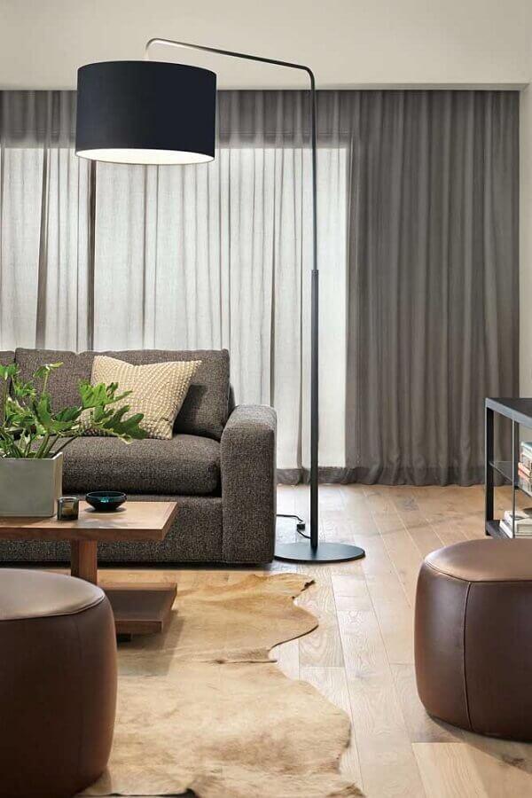 abajur de pé para sala cinza moderna decorada com tapete de couro Foto Home Fashion Trend