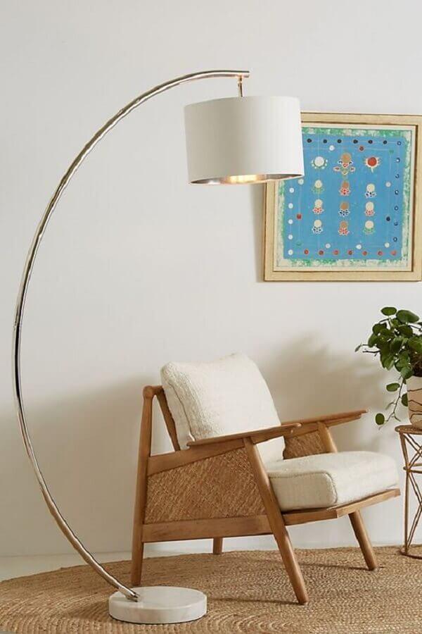 abajur de pé para sala decorada com poltrona de madeira Foto Anthropologie