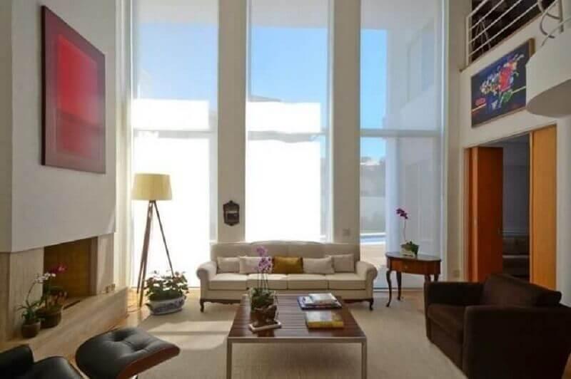 abajur de pé para sala grande decorada com poltrona marrom e sofá bege Foto Jannini Sagarra Arquitetura