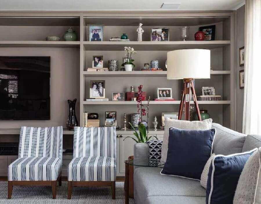 abajur de pé para sala moderna decorada com estante cinza planejada Foto Marina Linhares Interiores