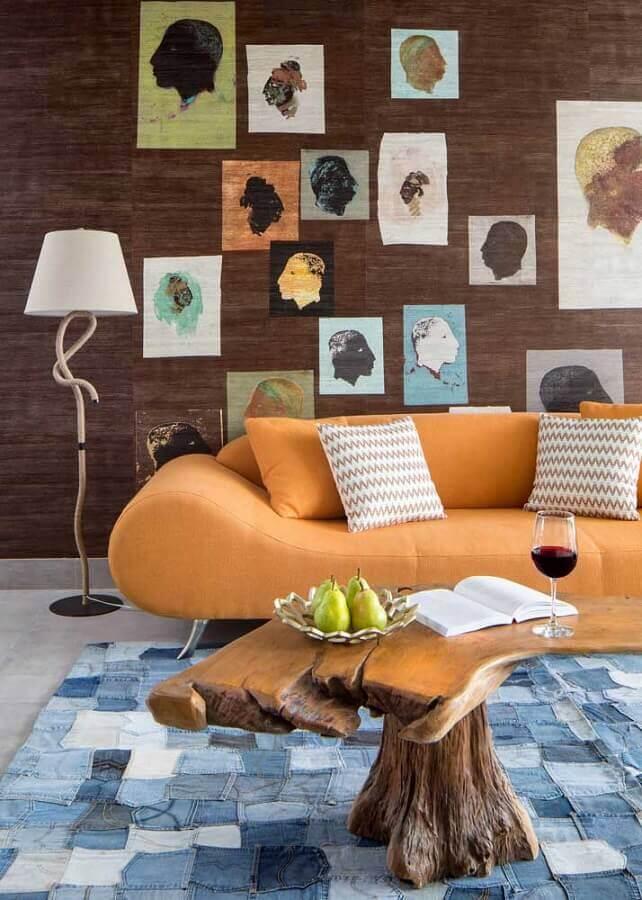 abajur de pé para sala moderna decorada com sofá laranja e mesa de centro rústica Foto Houzz