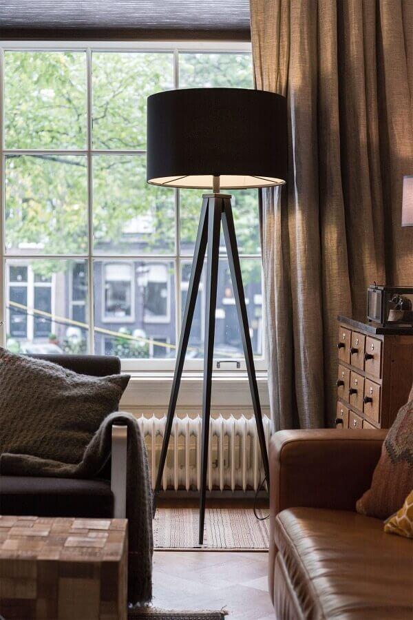 abajur de pé preto para sala decorada com sofá de couro Foto Pinterest