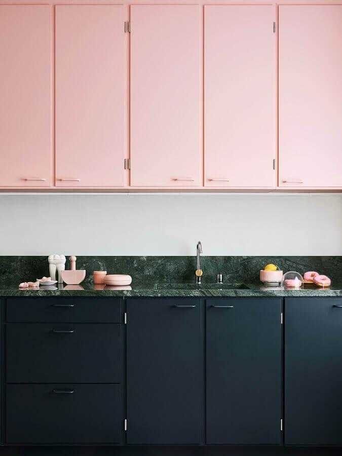 armário aéreo rosa chá para decoração de cozinha com gabinete preto Foto Domino