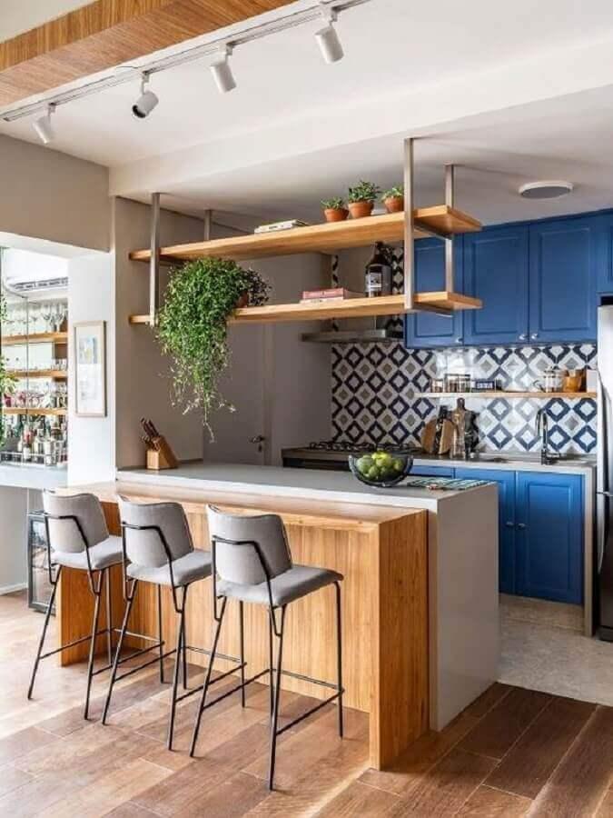 armário azul para decoração de cozinha estilo americana planejada com bancada e prateleira de madeira Foto Pinterest