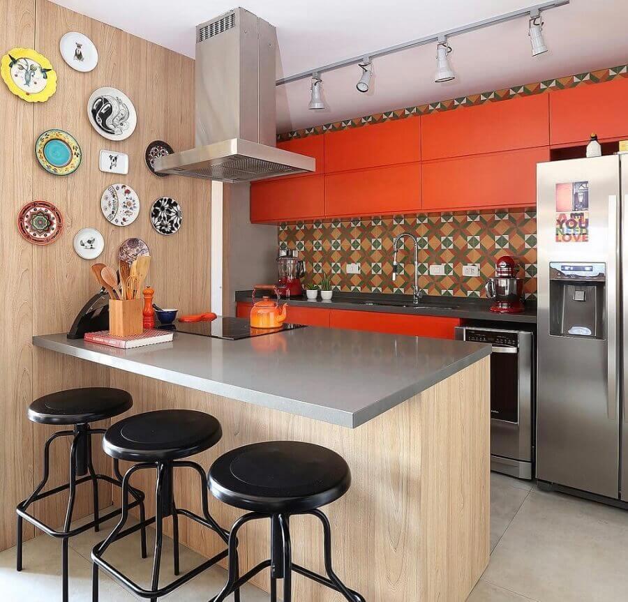armário laranja para decoração de cozinha planejada estilo americana com bancada cinza  Foto Pinterest