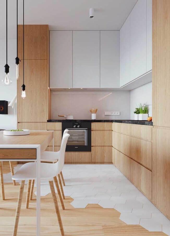 armário planejado de cozinha amadeirada decorada com armário aéreo branco de canto Foto Ideias Decor