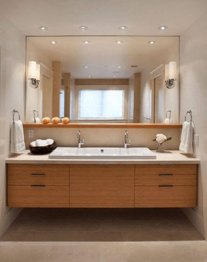 armário planejado de madeira para decoração de banheiro em cores neutras Foto Pinterest