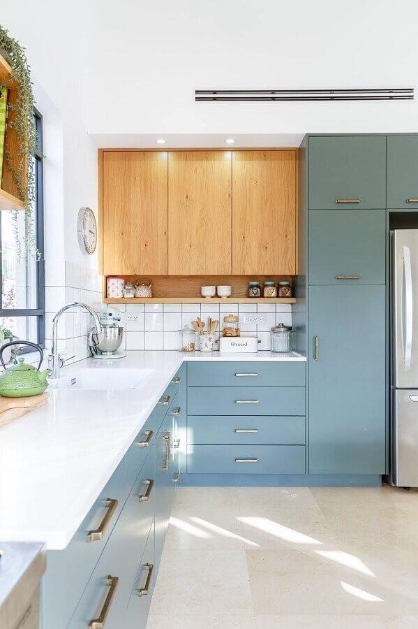 armário planejado para cozinha azul e branca decorada com armário aéreo de madeira Foto Behance
