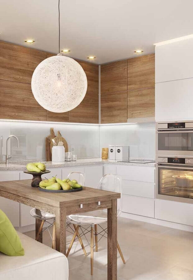 armário planejado para cozinha branca decorada com armário aéreo de madeira Foto Apartment Therapy
