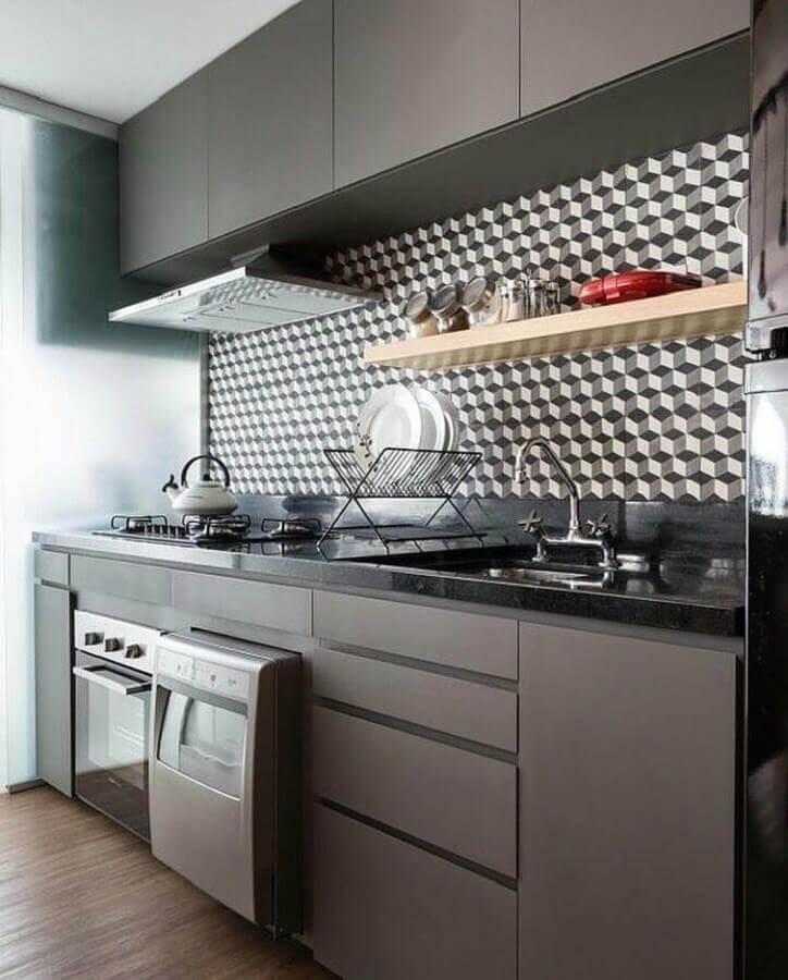 armário planejado para cozinha cinza decorada com revestimento estampado Foto ArchDaily