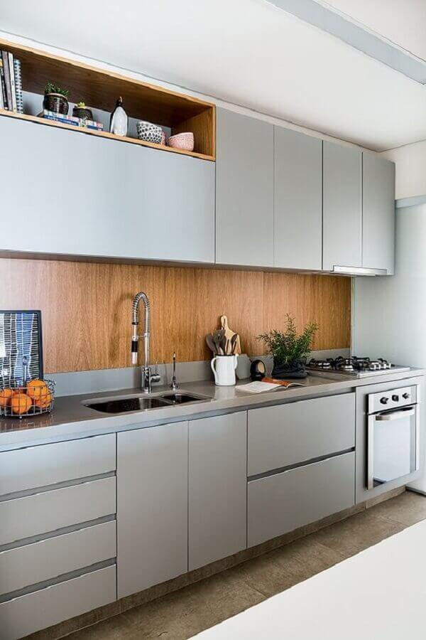 armário planejado para cozinha cinza moderna decorada com revestimento amadeirado Foto Jeito de Casa