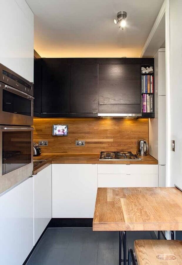 armário planejado para cozinha pequena decorada com revestimento amadeirado Foto Home Fashion Trend