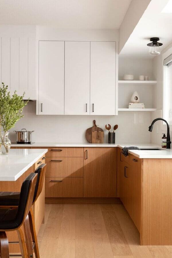armário planejado para decoração de cozinha branca com madeira Foto The Haven List