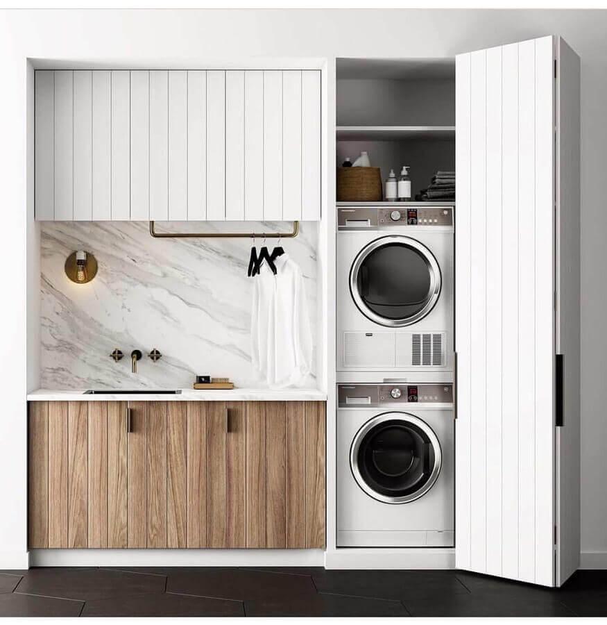 armário planejado para lavanderia pequena decorada com gabinete de madeira Foto Pinterest
