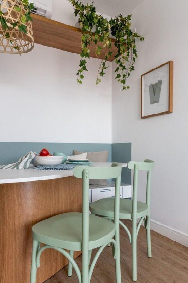 balcão de cozinha decorado com cadeira verde claro Foto Jeito de Casa