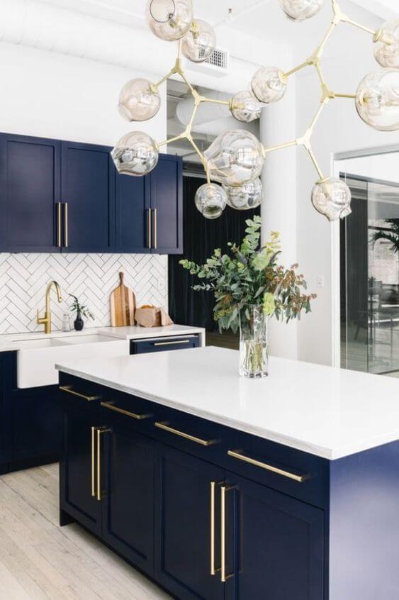Cozinha azul com pedra para bancada branca