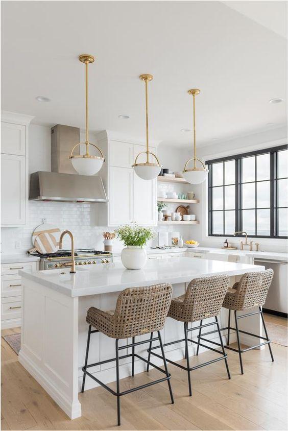 Cozinha branca com pedra para bancada de granito e decoração clean
