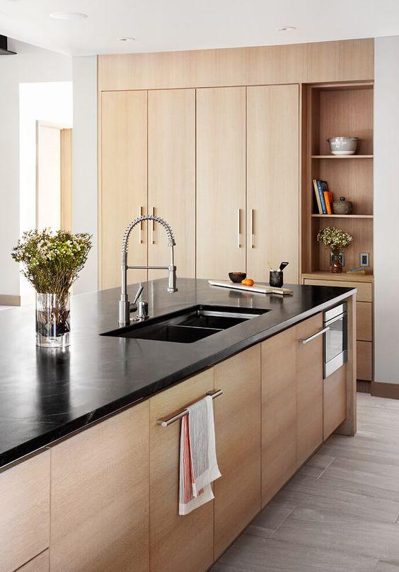 Pedra para bancada preta com armários de madeira
