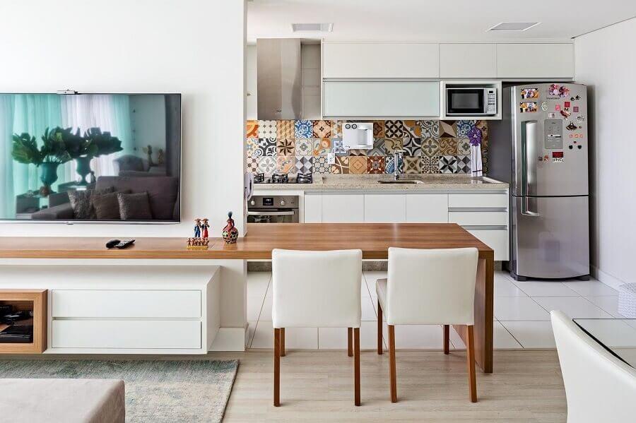 bancada de madeira planejada para decoração de sala integrada com cozinha estilo americana Foto Jeito de Casa
