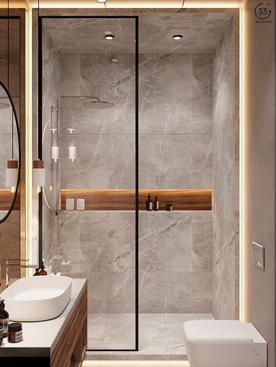Banheiro sem janela com nicho de embutir com revestimento de madeira