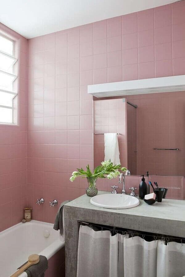 banheiro simples decorado com revestimento rosa chá Foto Sala C Arquitetura