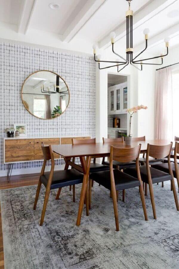 buffet de madeira para sala de jantar decorada com tapete cinza e espelho redondo Foto Jeito de Casa