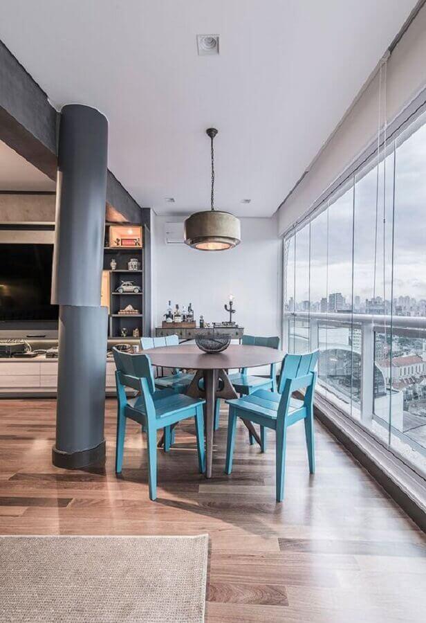 cadeira azul claro de madeira para decoração de varanda grande com mesa redonda Foto Casa de Valentina