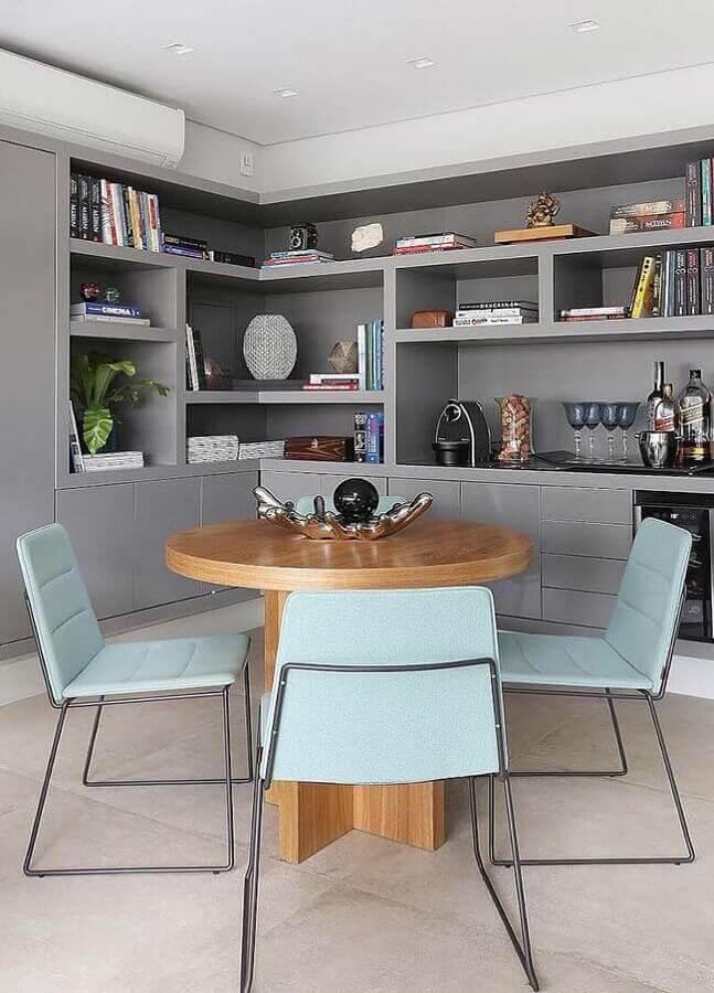 cadeira azul claro moderna para sala de jantar decorada com estante planejada cinza Foto Apartment Therapy