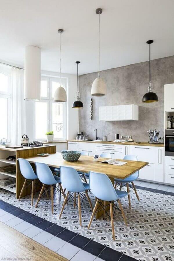 cadeira azul claro para decoração de cozinha com ilha Foto Archzine